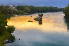 Casa sola en el río Drina en Bajina Basta, Serbia fotos de archivo libres de regalías