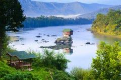 Casa sola en el río Drina en Bajina Basta, Serbia Fotografía de archivo libre de regalías