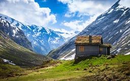 Casa sola en las montañas en Noruega Foto de archivo
