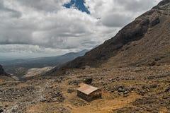 Casa sola en las montañas, volcán de Ruapehu, Nueva Zelanda fotos de archivo libres de regalías