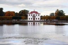 Casa sola en parque del otoño imagenes de archivo