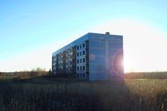 Casa sola inacabada soviética vieja en el campo imagen de archivo libre de regalías