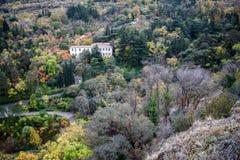 Casa sola nella foresta di autunno fotografia stock libera da diritti