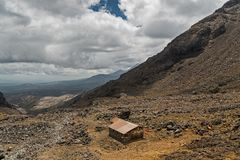 Casa sola nelle montagne, vulcano di Ruapehu, Nuova Zelanda fotografie stock libere da diritti