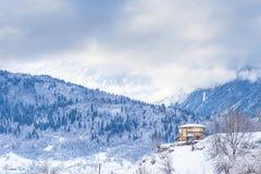 Casa sola su un pendio di collina nelle montagne Fotografia Stock