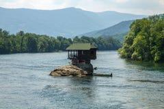 Casa sola sul fiume di Drina in Serbia Fotografia Stock