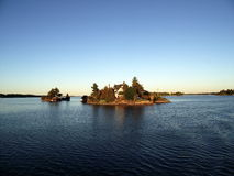Casa sola sulla piccola isola, su mille isole e su Kingston in Ontario fotografia stock