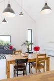 Casa spaziosa moderna con le pareti bianche immagini stock