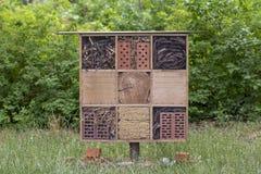 Casa speciale per gli insetti utili del giardino, costruita dei materiali naturali Crea i termini naturali per il mantenimento Immagini Stock Libere da Diritti