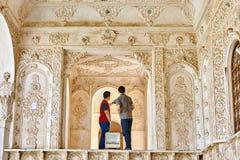 Casa storica di inTabatabaei di due turisti, Kashan, Iran Immagini Stock Libere da Diritti