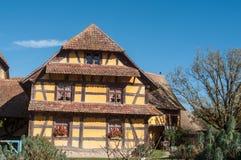 Casa storica in villaggio alsaziano sul fondo del cielo blu Fotografie Stock Libere da Diritti