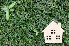 casa su priorità bassa verde Fotografie Stock Libere da Diritti