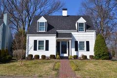 Casa suburbana bianca del cottage Immagini Stock