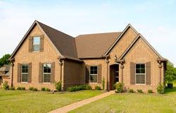 Casa suburbana bonita da construção nova para a venda Fotos de Stock Royalty Free