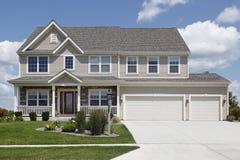 Casa suburbana con il doppio garage Fotografie Stock Libere da Diritti