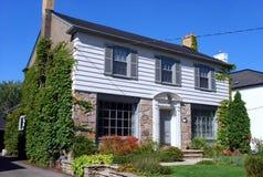 Casa suburbana con il raccordo Immagine Stock Libera da Diritti