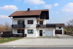 Casa suburbana da família com o balcão de madeira da cerca do estilo antigo fotos de stock royalty free