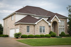 Casa suburbana do tijolo Fotografia de Stock Royalty Free