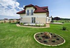Casa suburbana elegante imagen de archivo