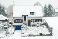 Casa suburbana en invierno Fotografía de archivo libre de regalías