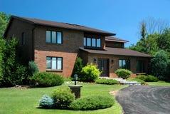 Casa suburbana grande imagenes de archivo