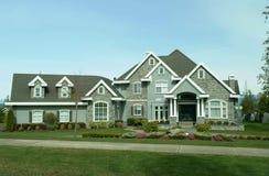 Casa suburbana grande fotos de archivo libres de regalías