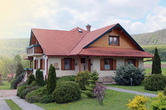 Casa suburbana idílica foto de archivo