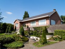 Casa suburbana moderna. Imagem de Stock Royalty Free