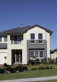 Casa suburbana moderna Foto de Stock Royalty Free