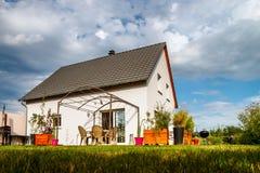Casa suburbana nova da família perto da cidade Imagem de Stock
