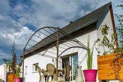 Casa suburbana nova da família perto da cidade Fotografia de Stock Royalty Free