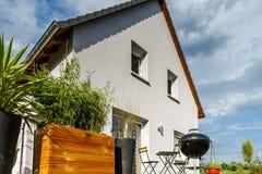 Casa suburbana nova da família perto da cidade Imagem de Stock Royalty Free