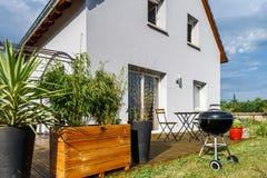Casa suburbana nova da família perto da cidade Imagens de Stock