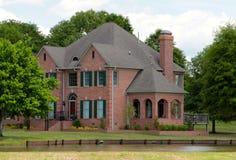 Casa suburbana rural elegante en el lago.  Imagen de archivo libre de regalías