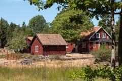 Casa sueca roja tradicional en el campo fotos de archivo