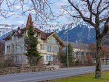 Casa suiza vieja hermosa fotos de archivo