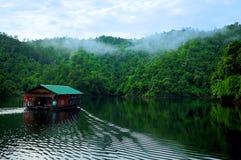 Casa sul fiume Fotografia Stock Libera da Diritti
