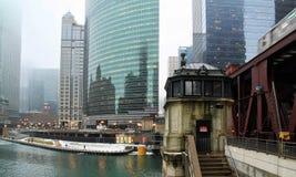Casa sul ponte di fianco del treno del ` di EL del ` che passa Chicago River congelato a gennaio Fotografia Stock Libera da Diritti