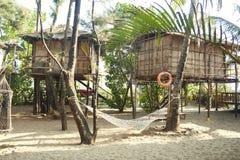 Casa sull'albero Hammock sulla spiaggia Immagini Stock