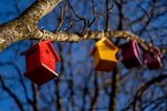 Casa sull'albero Sandefjord, Vestfold, Norvegia - guasta 2019: monumento per i marinai davanti allo sjøman della chiesa della ci immagini stock libere da diritti