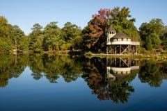 Casa sull'albero sul lago immagine stock