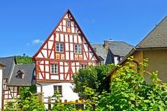 Casa suportada na vila região do vinho do vale de Punderich - de Moselle em Alemanha Imagem de Stock