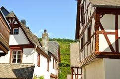 Casa suportada na vila região do vinho do vale de Punderich - de Moselle em Alemanha Fotos de Stock Royalty Free