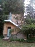 Casa surronded com árvores fotos de stock royalty free