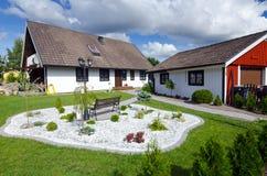 Casa svedese con il giardino moderno Immagine Stock Libera da Diritti