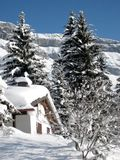 Casa svizzera della montagna in neve Fotografie Stock Libere da Diritti