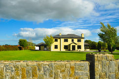 Casa típica da exploração agrícola em Ireland foto de stock
