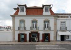 Casa típica de Algarve delante del puerto foto de archivo libre de regalías