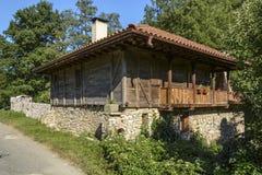 Casa típica de Bulgaria en el pueblo de Mladejko, Strandja Nati imagenes de archivo