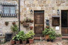 Casa típica de Sovana, pueblo medieval de Toscana Foto de archivo